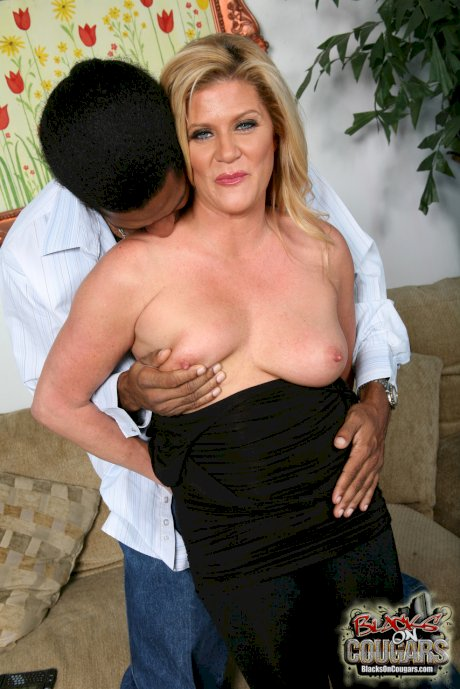 Mature blonde MILF Ginger Lynn scoops herself a BBC to fill her cougar pussy
