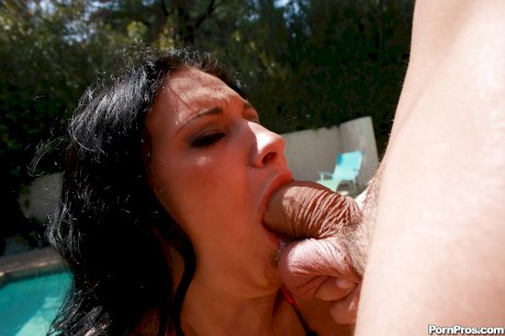 Bella Blaze delivers unforgettable blowjob over the swimming pool