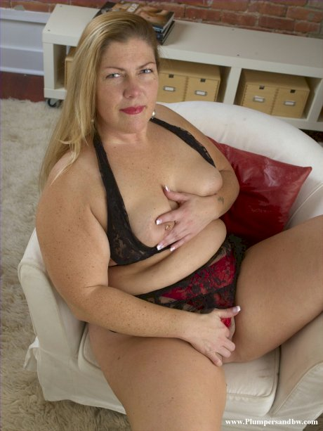 Mature housewife removes her lingerie to pose her fat body in the nude
