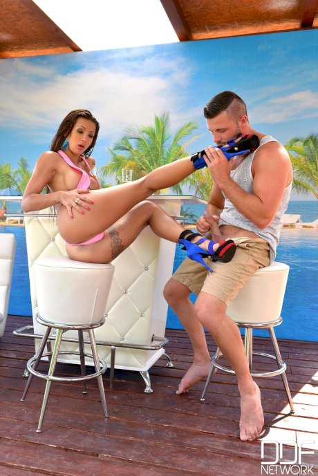 Hot Legs and Feet Max Deeds, Susy Gala