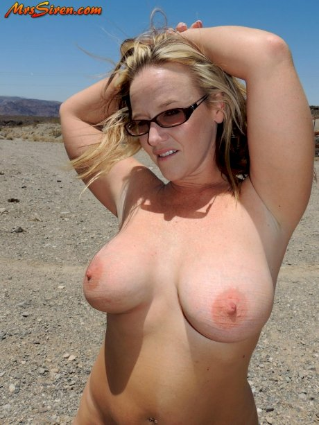 Fat amateur Dee Siren goes naked in public during a wild trip to Las Vegas