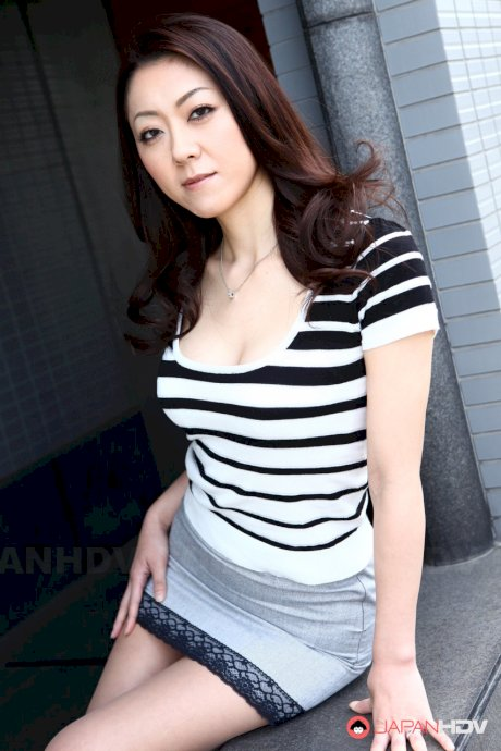Lonely Japanese MILF Ruri Hayami needs a profile photo for a dating site