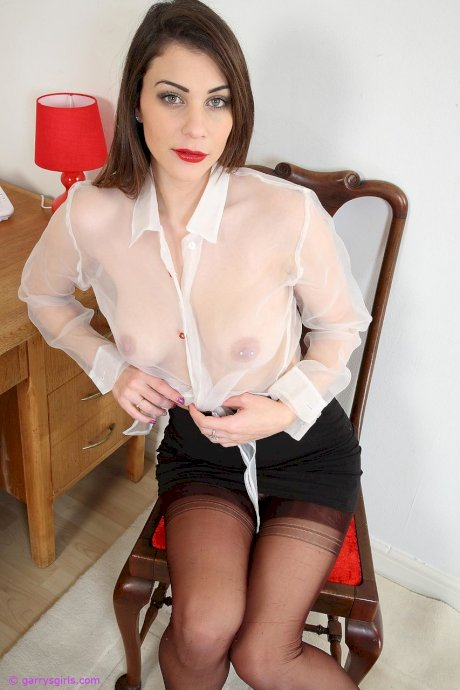 Solo girl with red lips stretches out her pink pussy in nylons upon her desk