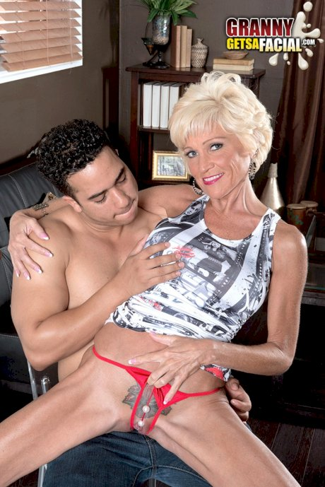 MILF Niki wraps her desirable lips around his pecker before he plows her