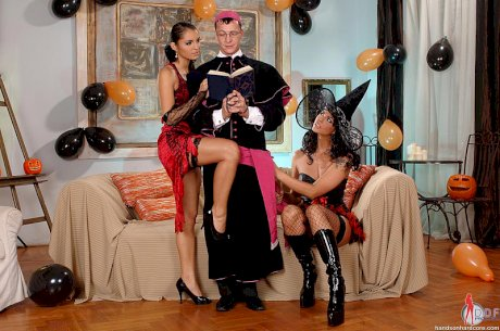 Dark haired Euro chicks Lucy Belle & Simony Diamond swap cum in threesome